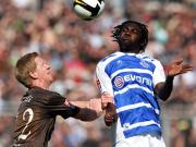 Augen zu und durch: Duisburgs Kouemaha (re.) gewinnt das Kopfballduell gegen St. Paulis Schultz.