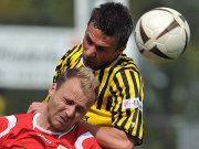 Aachens Szukala setzt sich im Kopfballduell mit Toborg durch.