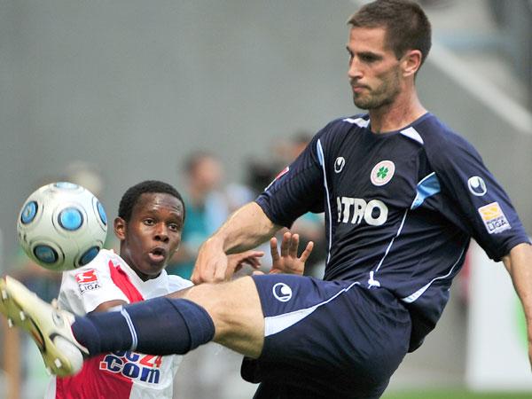 FCA-Torschütze Traore hat gegen Schlieter (RWO) das Nachsehen