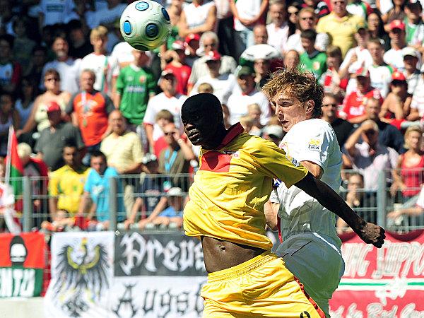 Augsburgs de Roeck (re.) im Kopfballduell gegen Younga-Mouhani.