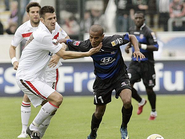 Boll im Duell mit Frankfurts Junior Ross (re.).