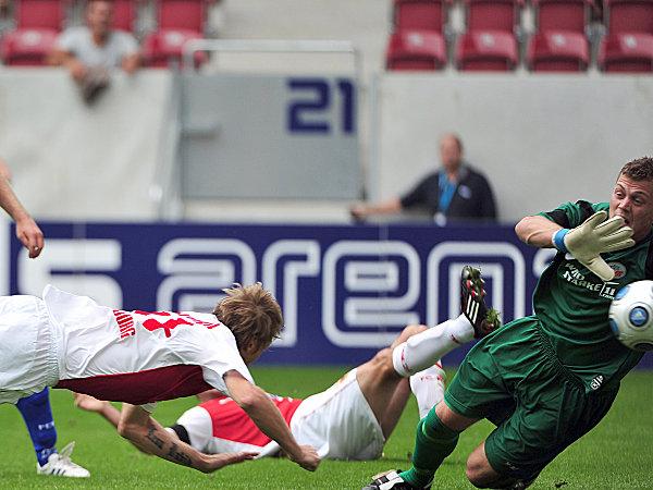 Fußball, 2. Bundesliga: Michael Thurk (FC Augsburg) gegen Alexander Walke (FC Hansa Rostock)