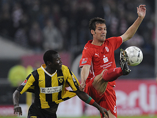 Herve Oussalé (links, Alemannia Aachen) und Jens Langeneke (Fortuna Düsseldorf)