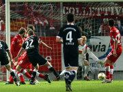 Fußball. 2. Bundesliga: Der Lauterer Ilicevic (Nr. 22) schießt zum 1:1 ein.
