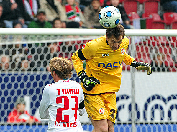 Fußball, 2. Bundesliga: Michael Thurk (l., FC Augsburg) gegen Mathias Hain (FC St. Pauli)