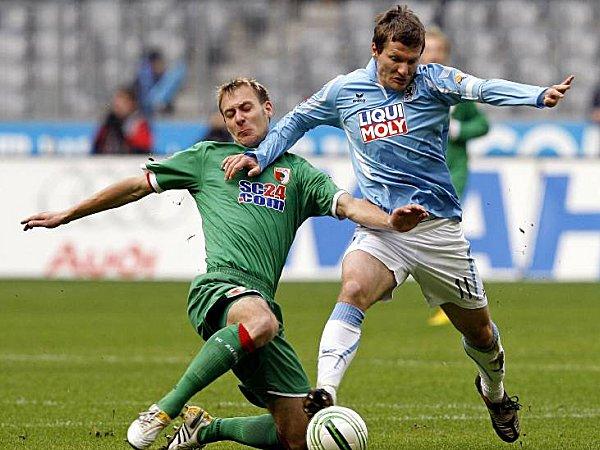 Benjamin Lauth (1860 München) und Dominik Reinhardt (FC Augsburg)