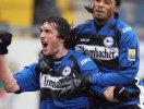 Pavel Fort bejubelt sen Führungstor, Franck Guela feiert mit.