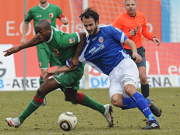 Rafael (FC Augsburg, links), Danielsson (Hansa Rostock)