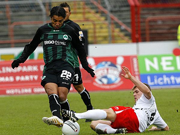 Fußball, 2. Bundesliga: Sami Allagui (l., SpVgg Greuther Fürth) gegen Heinrich Schmidtgal (Rot-Weiß Oberhausen)