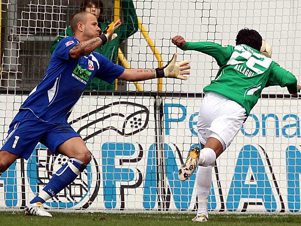 Fußball, 2. Bundesliga: Sami Allagui (r., SpVgg Greuther Fürth) köpft an Sascha Kirschstein (Rot Weiss Ahlen) vorbei das 2:0