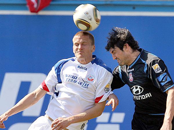 Enges Duell: Hansa-Stürmer Johannsson gewinnt das Kopfballduell gegen Klitzpera.