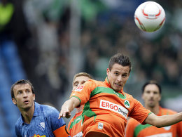 Fürths Prib (re.) gewinnt das Kopfballduell gegen Dabrowski