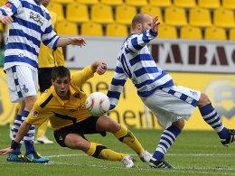Intensives Duell in Aachen. Alper Uludag (li.) und Filip Trojan (re.) liefern sich einen harten Kampf um den Ball