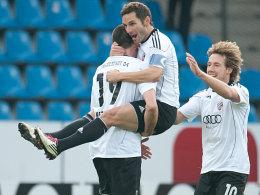 FCI-Kapitän Stefan Leitl mit Malte Metzelder (li.) und Fabian Gerber (re.).