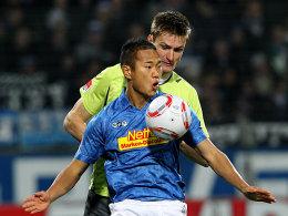 Bochums Chong Tese deckt den Ball vor Paderborns Palionis ab.