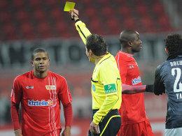Umkämpfte Partie in Berlin: Schiedsrichter Robert Hartmann zeigt Chinedu Ede (li.) eine von fünf Gelben Karten