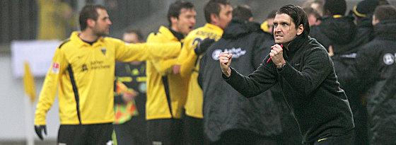 Aachens Coach Peter Hyballa (re.) jubelt
