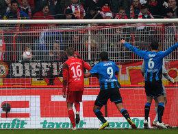 Die Paderborner bejubeln den Führungstreffer durch Brandy.