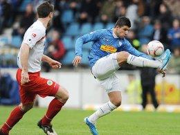 Thomas Schlieter (l., Rot-Weiß Oberhausen) gegen Ümit Korkmaz (VfL Bochum)