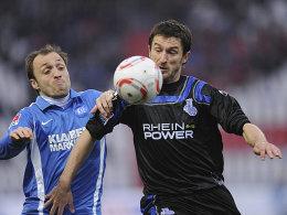Kampf mit allen Mitteln: Iashvilli (li.) versucht Bajic vom Ball zu trennen