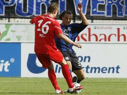 Intensive Partie: Berlins Christoph Menz (li.) und FSV-Neuzugang Yannick Stark liefern sich einen Zweikampf im Mittelfeld