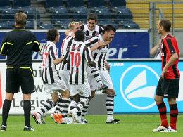 Paulis Kalla, Ebbers, Takyi, Bartels und Boll (v.li) feiern das 1:0