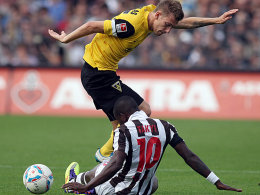 Wer hat hier den Ball? Aachens Junglas und St. Paulis Takyi rangeln um den Ballbesitz.