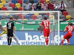 Rösler trifft per Strafstoß zum 1:0 für Düsseldorf, Kiraly hechtet vergens dem Ball hinterher.