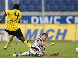 Duisburgs Kapitän Bajic klärt gegen Gueye (li.).