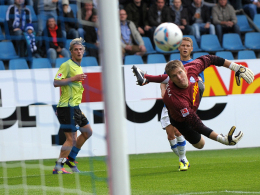Sören Brandy überwindet VfL-Keeper Andreas Luthe