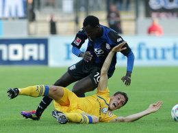 Braunschweigs Kessel (am Boden) zwang den Frankfurter Gueye oftmals in die Defensive.
