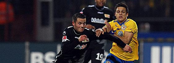 Braunschweigs Boland (re.) gegen Quiring