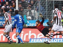 Ausgleich: St. Paulis Schachten (li.) trifft per Kopf zum 1:1 gegen Bochums Torhüter Luthe.