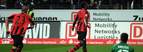 Anderson (li.) und Idrissou bejubeln das 3:0, Kirsten kniet am Boden