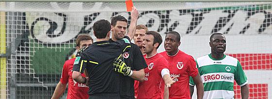 Wingenbach zeigt Roger (2.v.re.) die Rote Karte