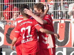 Glückwunsch: Die Berliner feiern Teroddes (re.) Treffer zum am Ende entscheidenden 1:0