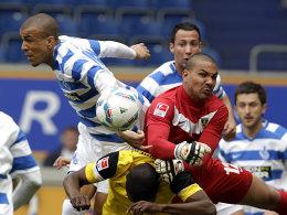 Bruno Soares und Waterman im Gerangel um den Ball.