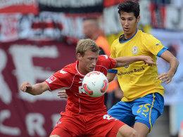 ns Royer gegen Braunschweigs Correia (re.).