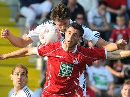 Tim Kister (VfR) und Mathias Abel (FCK) im Kopfballduell