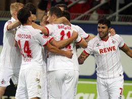 Die Kölner bejubeln das 2:1 gegen Paderborn