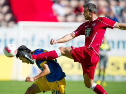 Zweikampfintensiv: Lauterns Torrejon (re.) gegen Braunschweigs Zhang.
