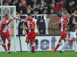 Torsten Mattuschka (Mitte) freut sich über seinen Treffer zum 1:0