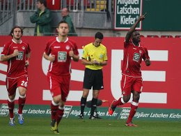 Idrissou (re.) feiert sein soeben erzieltes 1:0