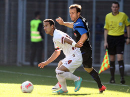 Akaki Gogia (li.) schirmt den Ball vor Alban Meha ab