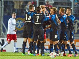 Der SC Paderborn feiert das 1:0 beim SSV Jahn Regensburg