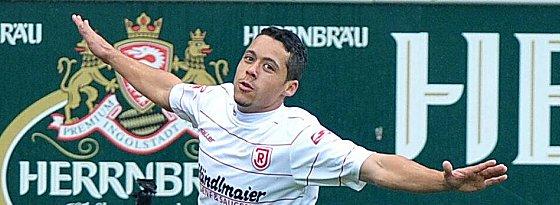 Ramon Machado (Jahn Regensburg) feiert seinen Treffer.
