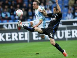 Hart umkämpft: FSV Frankfurts Angreifer Kapllani (re.) im Duell mit dem Münchner Feick.