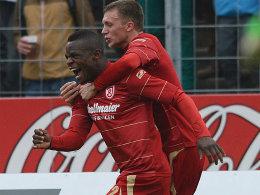 Regensburgs Sembolo und Haag (re.) freuen sich über das 2:0