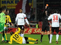 Rot für Kamavuaka. Referee Christian Bandurski ist sich sicher, die Meinungen der Spieler geteilt.