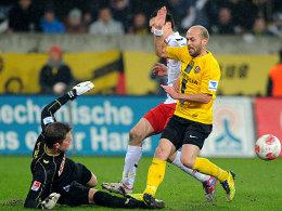 Starke Parade: FC-Keeper Horn (li.) rettet per Fußabwehr gegen den Dresdens Trojan.